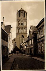 Ak Stralsund in Mecklenburg Vorpommern, Straßenpartie mit Blick auf die Jacobikirche