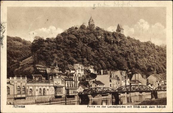 Ak Altena im Märkischen Kreis, Partie an der Lennebrücke mit Blick nach dem Schloss