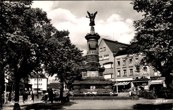 Ak Siegburg im Rhein Sieg Kreis, Blick auf das Kriegerdenkmal am Markt, Passanten