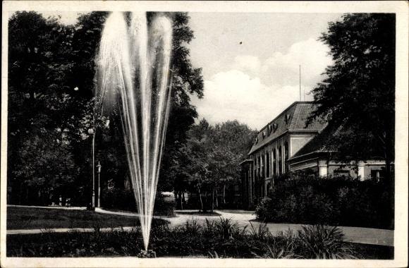Ak Bad Freienwalde an der Oder, Partie im Kurpark, Springbrunnen