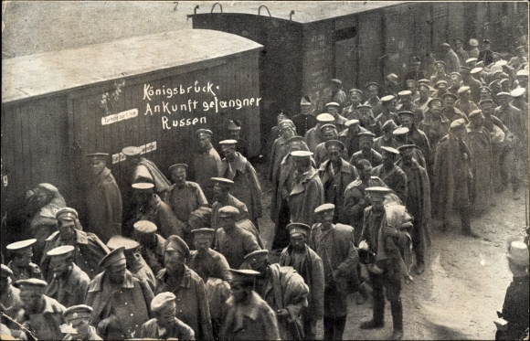 Ak Königsbrück in der Oberlausitz, Ankunft gefangener Russen, Eisenbahntransport, Güterwaggons,I. WK