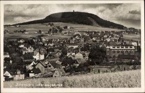 Foto Ak Bärenstein Erzgebirge, Panorama von der Ortschaft mit Berg