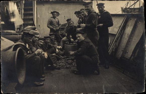 Foto Ak Deutsche Matrosen beim Kartoffelschälen an Bord eines Schiffes