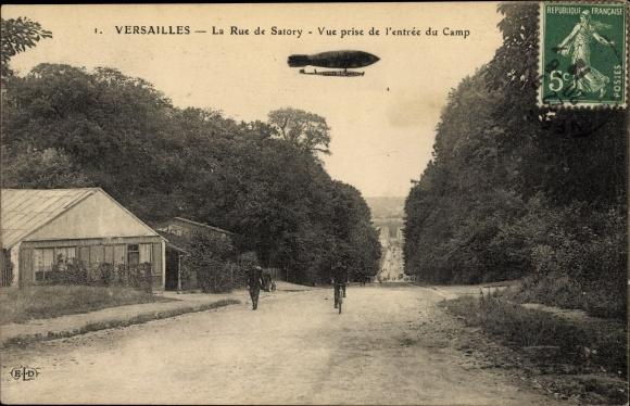 Ak Versailles Yvelines, La Rue de Satory, Vue prise de l'entree du Camp