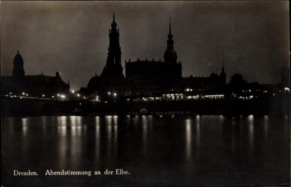 Ak Dresden Zentrum Altstadt, Abendpartie an der Elbe