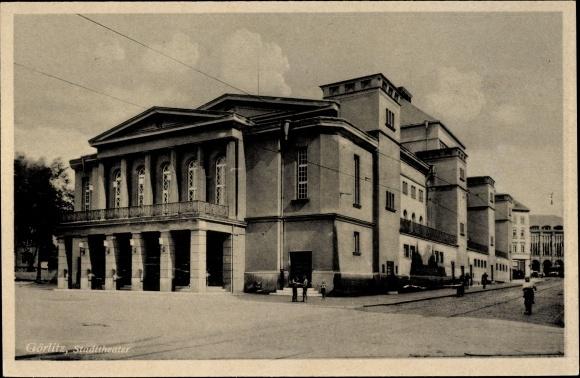 Ak Görlitz in der Lausitz, Ansicht vom Stadttheater, Passanten