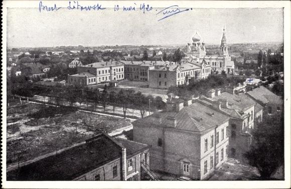 Ak Brest Litowsk Weißrussland, Teilansicht der Stadt, Wohnhäuser, Kirche