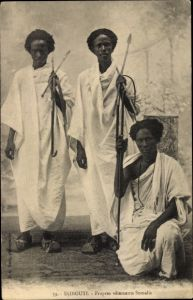 Ak Djibouti Dschibuti, Propres vêtements Somalis, Afrikanische Männer mit Lanzen