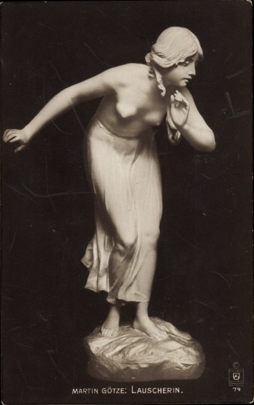 Ak Plastik Lauscherin von Martin Götze, Frau mit entblößter Brust, Frauenakt