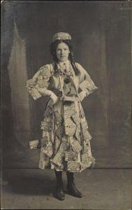 Foto Ak Junge Frau mit Reklame Etiketten behangen, Nuttall's Caramels