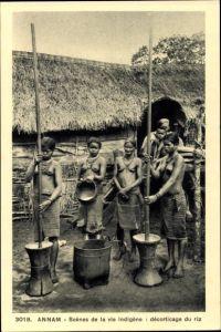 Ak Annam Vietnam, Scènes de la vie indigène, Décorticage du riz, Vietnemesinnen bei der Arbeit