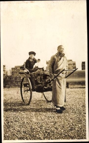 Foto Ak China, Beijing Peking China, Europäerin, Mutter mit Kind auf einer Rikscha, Chinese