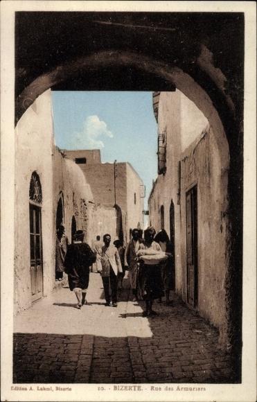 Ak Bizerte Tunesien, Rue des Armuriers, Tordurchblick in eine Straße, Anwohner
