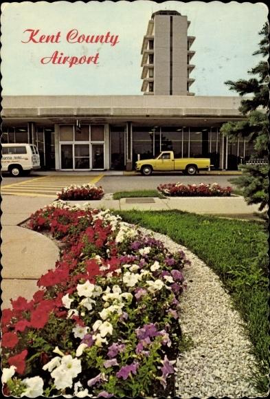 Ak Grand Rapids Michigan USA, Kent County Airport, Eingang des Flughafengebäudes, Autos, Blumenbeete