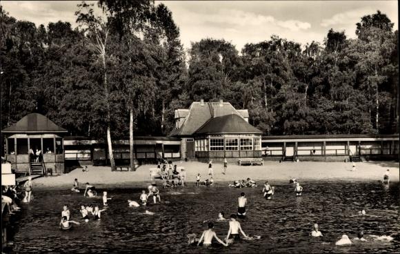 Ak Wusterhausen Dosse, Blick ins Freibad mit Badegästen