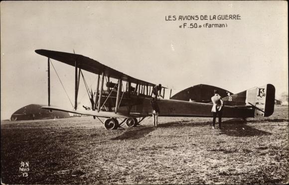 Ak Französisches Militärflugzeug Farman F 50 auf dem Flugfeld, Hangars, I. WK
