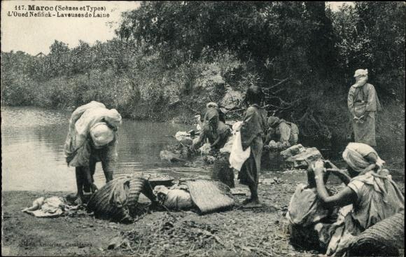 Ak Marokko, L'Oued Nefifick, Laveuses de Laine, Frauen am Flussufer waschen Wolle