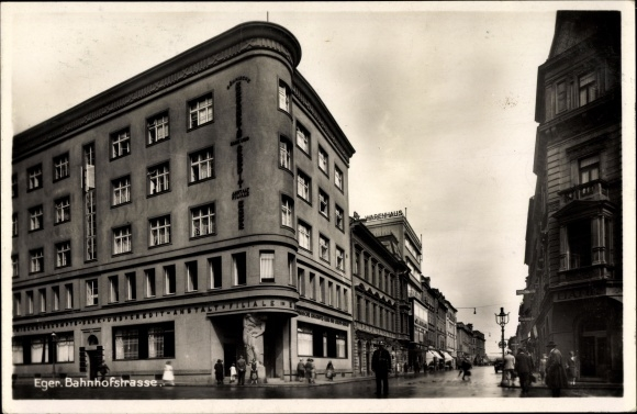 Ak Cheb Eger Reg. Karlsbad, Bahnhofstraße, Straßenpartie, Bank und Kreditanstalt