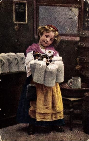 Ak München, Mädchen als Kellnerin verkleidet, Bierkrüge