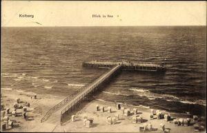 Ak Kołobrzeg Kolberg Pommern, Strand mit Seebrücke, Blick aufs Meer
