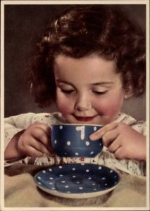 Ak Kleines Mädchen trinkt aus einer Teetasse, Braunes Haar