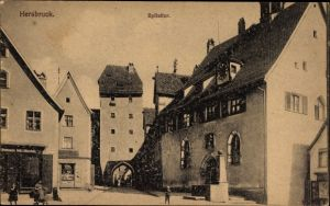 Ak Hersbruck im Nürnberger Land Bayern, Spitaltor, Brunnen, Uhr, Passanten