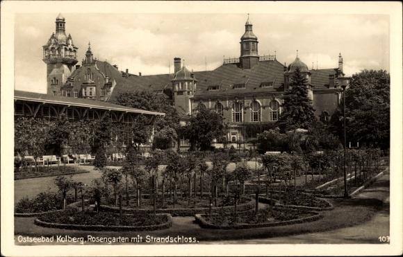 Ak Kołobrzeg Kolberg Pommern, Partie am Rosengarten, Blick auf Strandschloss