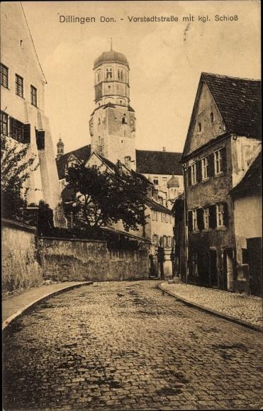 Ak Dillingen an der Donau in Nordschwaben, Partie auf der Vorstadtstraße mit kgl.Schloss