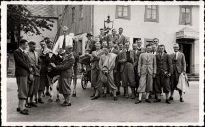 Foto Ak Altenberg?, Junge Männer vor Gerichtsschänke, Shell Zapfsäule, Kuh