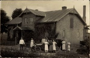 Foto Ak Deutschland, Auto und Anwohner vor einem Wohnhaus, Bäckerei, Bäcker in Schürzen