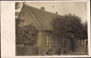 Foto Ak Deutschland, Mann und Frau vor ihrem Wohnhaus, Eingangstür, Gartenzaun