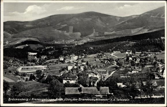 Ak Brückenberg b. Krummhübel Schlesien, Blick über Strandbad Rübezahl zum Tafelstein
