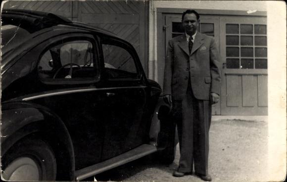 Foto Fahrer an seinem Automobil, VW Käfer, Standportrait in Anzug, Taxifahrer