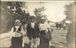 Foto Ak Ćuprija Serbien, Serben auf einer Straße, Zwei Frauen und ein junger Mann