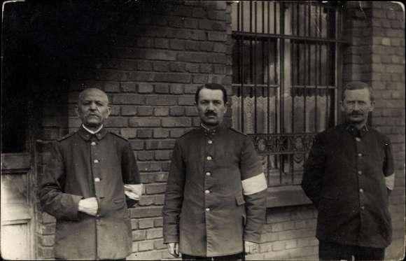 Foto Drei Kuk? Soldaten in Uniformen, Weiße Armbinden, Militärpolizei?, I. WK