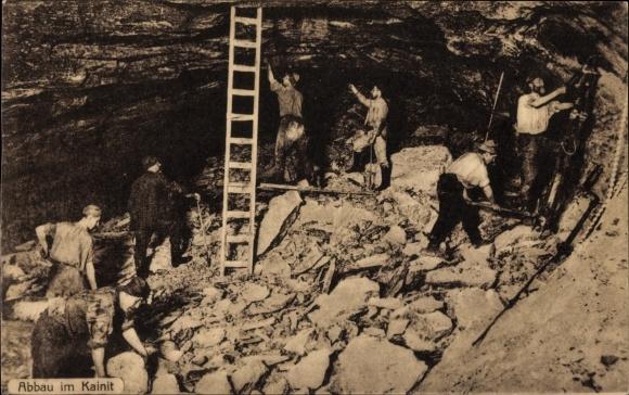 Ak Staßfurt im Salzlandkreis, Abbau im Kainit, Bergmänner bei der Arbeit im Stollen, Salzabbau