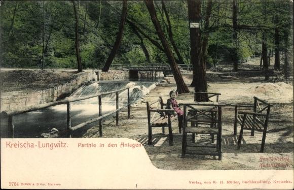 Ak Lungwitz Kreischa im Erzgebirge, Partie in den Anlagen, Bach, Wehr, Mädchen auf einer Bank