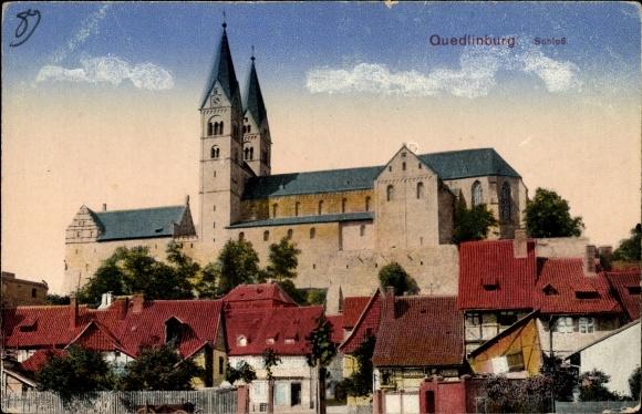 Ak Quedlinburg im Harz, Blick über die Dächer zur Schlosskirche und Schloss