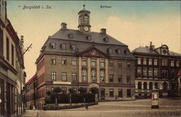 Ak Burgstädt in Sachsen, Blick über den Markt zum Rathaus, Litfaßsäule