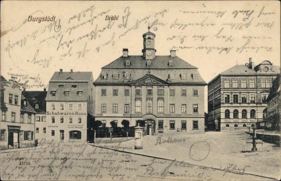 Ak Burgstädt in Sachsen, Blick über den Markt, Rathaus, Litfaßsäule, Wasserpumpe