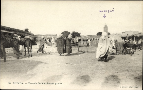 Ak Oudjda Oujda Marokko, Un coin du Marché aux grains, Getreidemarkt mit Minarett