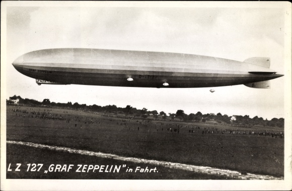 Ak LZ 127, Graf Zeppelin in Fahrt, Luftschiff über einem Landefeld