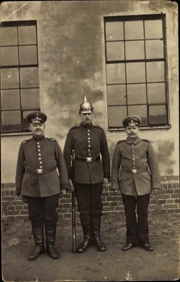 Foto Ak Drei deutsche Soldaten in Uniformen, Standportrait, Pickelhaube, Gewehr, I. WK