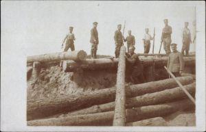 Foto Ak Deutsche Soldaten beim Bau eines bombensicheren Unterstandes, Holzbalken, I. WK