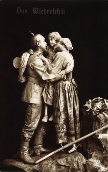Ak Das Wiedersehn, Soldat bei der Heimkehr begrüßt Frau und Tochter, Lebende Plastik, Amag 753