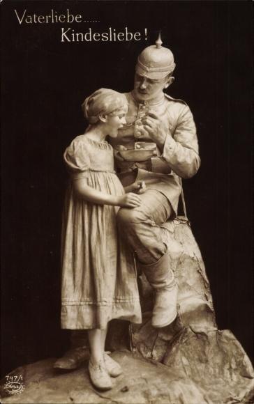 Ak Vaterliebe Kindesliebe, Soldat mit Töchter, Lebende Plastik, I. WK