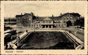 Ak Bitterfeld in Sachsen Anhalt, Bahnhof, Blick vom Vorplatz, Grünanlagen, Busse, Passanten