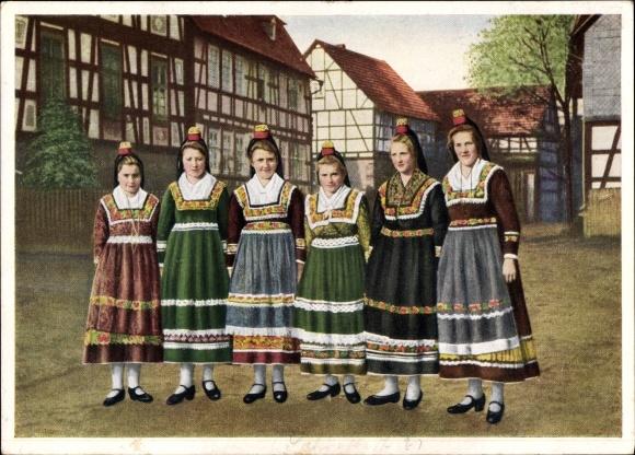 Ak Hessische Trachten, Hessenmädchen auf dem Weg zur Kirmes