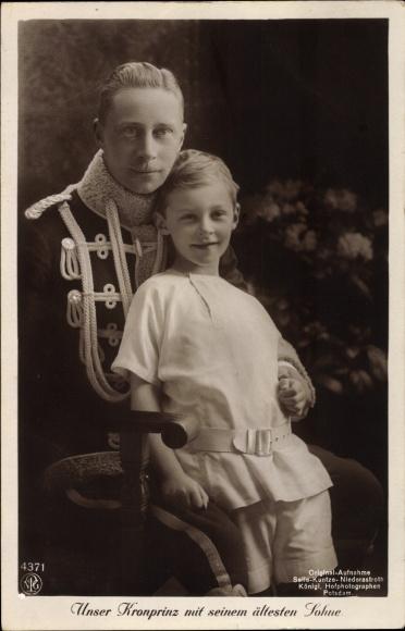 Ak Kronprinz Wilhelm von Preussen mit seinem ältesten Sohn, NPG 4371, Husarenuniform