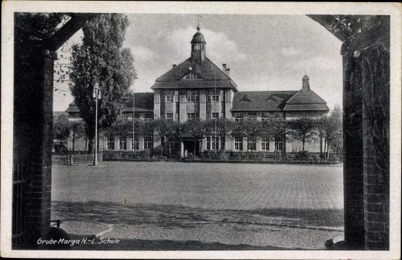 Ak Grube Marga Senftenberg in der Niederlausitz, Schule, Schulhof und Front